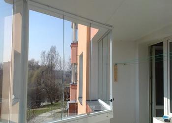 Zasklení atypického lomeného balkónu ve zvýšeném přízemí bytového domu